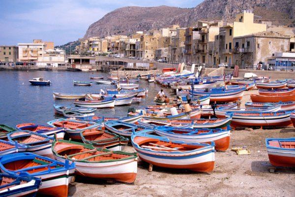 Barques_de_pêche_sur_la_plage_d'_Aspra_(1)